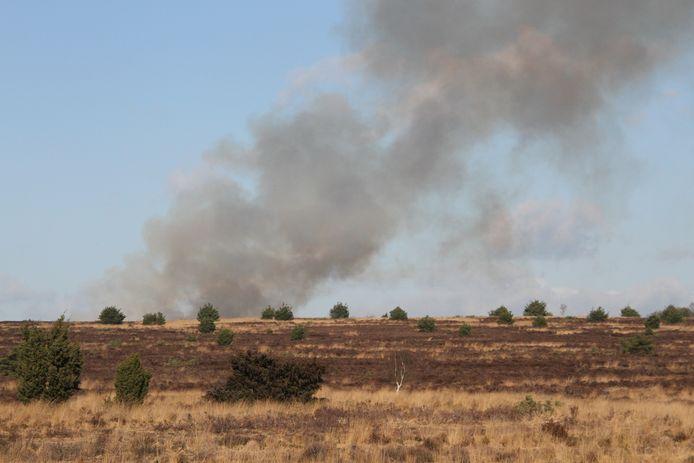 Dikke rookwolken boven Nationaal Park de Sallandse Heuvelrug, maar geen loeiende sirenes. Het gaat om een gecontroleerde brand.