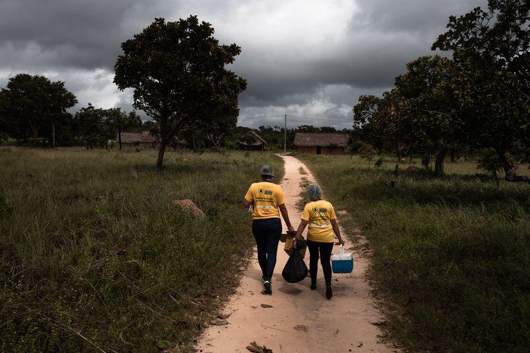 Fernanda Nascimento en Antonia Gomes van het Sesai-vaccinatieteam op weg naar Monte Alegre.  Beeld Ian Cheibub