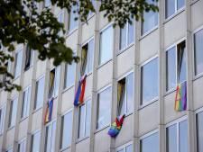 Ruiten ingegooid bij woningen met regenboogvlag in West