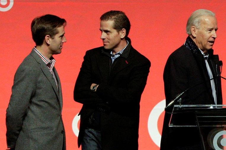Hunter Biden (m), met wijlen zijn broer Beau en zijn vader Joe, inmiddels president van de Verenigde Staten, in januari 2013. Beeld REUTERS