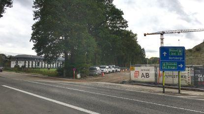 Carpoolparking met 118 plaatsen op komst aan op- en afrit E40 in Kapellestraat
