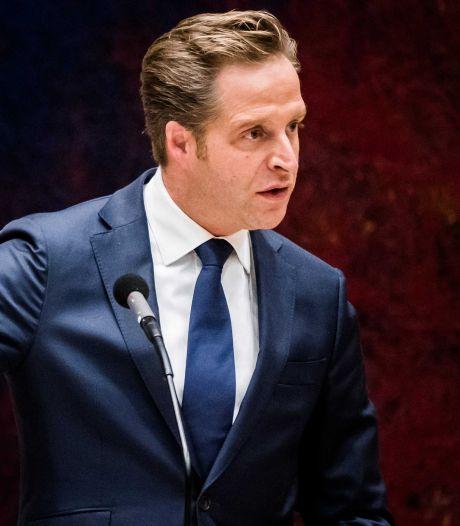 Vrouw valt Hugo de Jonge lastig, politici reageren: 'Dan ben je wel echt van het padje af'