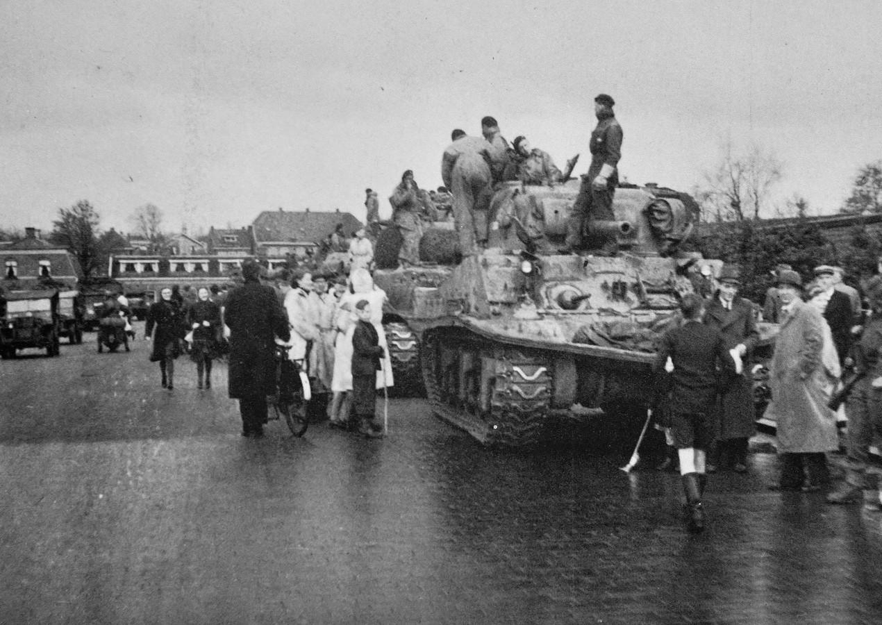 Via de Enschedese singels trekt de 5e brigade van de Goldstream Guards op naar de Duitse grens. Op de Edo Bergsmabrug is er tijd voor een korte pauze.