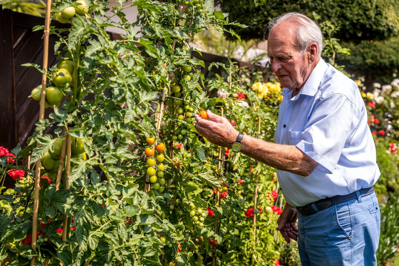 Oud-weerman Johan Verschuuren in zijn tuin in Aarle-Rixtel.