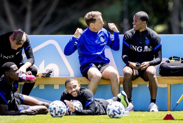 Frank de Boer praat langs het trainingsveld met aanvoerder Georginio Wijnaldum.  Beeld ANP