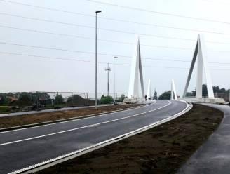 """Donderdag opent nieuwe brug over Albertkanaal : """"Aangenamer voor zwakke weggebruikers dankzij fietspaden die meer dan drie meter breed zijn"""""""