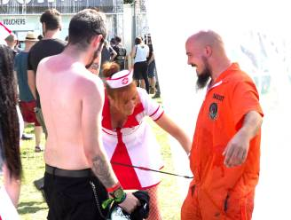 Hilariteit met sexy verpleegsters die metalheads op Alcatraz 'ontsmetten'