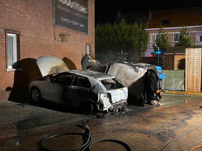 De auto's stonden geparkeerd in de Kerkhofstraat in Boom toen ze uitbrandden.
