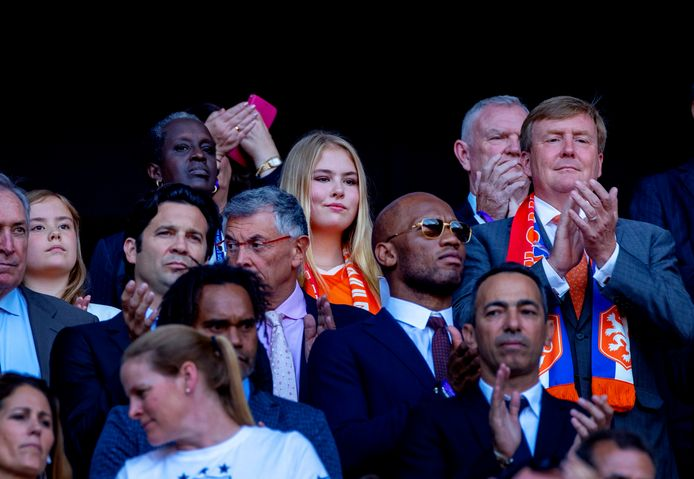 Hoog bezoek bij finale: koning Willem Alexander is aanwezig met zijn dochters prinses Amalia en prinses Ariane (uiterst links). Een rij voor hun staat Chelsea-legende Didier Drogba (met zonnebril).