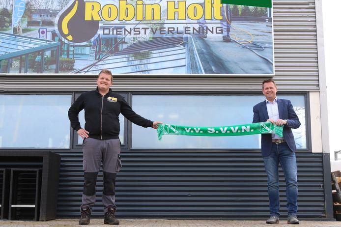 Niels Holt (links) en SVVN-voorzitter Peter van der Linde (rechts) poseren bij het pand van de nieuwe hoofdsponsor van deze Nijverdalse voetbalclub.