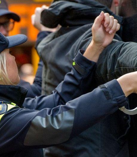 Arnhemmer (36) die spiegels van auto sloeg en vrouw van fiets trok aangehouden dankzij oplettende getuige