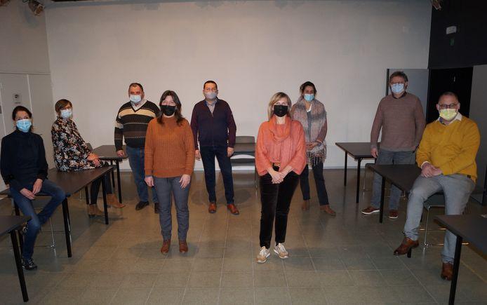 De tien mandatarissen (een persoon was verontschuldigd voor de foto) van Groep 21 hebben zich opgegeven als vrijwilliger in het vaccinatiecentrum in Roeselare