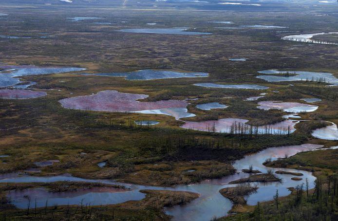 Meer dan 20.000 ton brandstof lekte in rivieren in het Russische noordpoolgebied, met gigantische milieuschade tot gevolg.