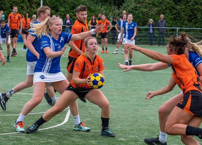 Sanne Oostinga is in balbezit voor Swift, terwijl Naomi Zuidweg (rechts) probeert door te breken.