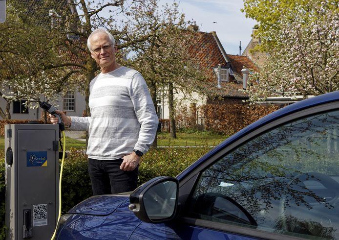 Raadslid Stefan de Nijs pleit voor meer laadpalen voor elektrische auto's. ,,Zo'n aanvraag is omslachtig.''