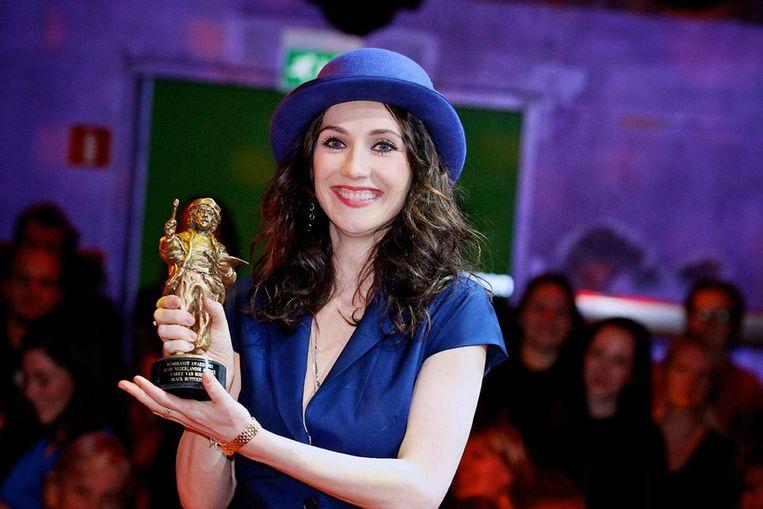 Carice van Houten met de Rembrandt voor beste actrice. Beeld