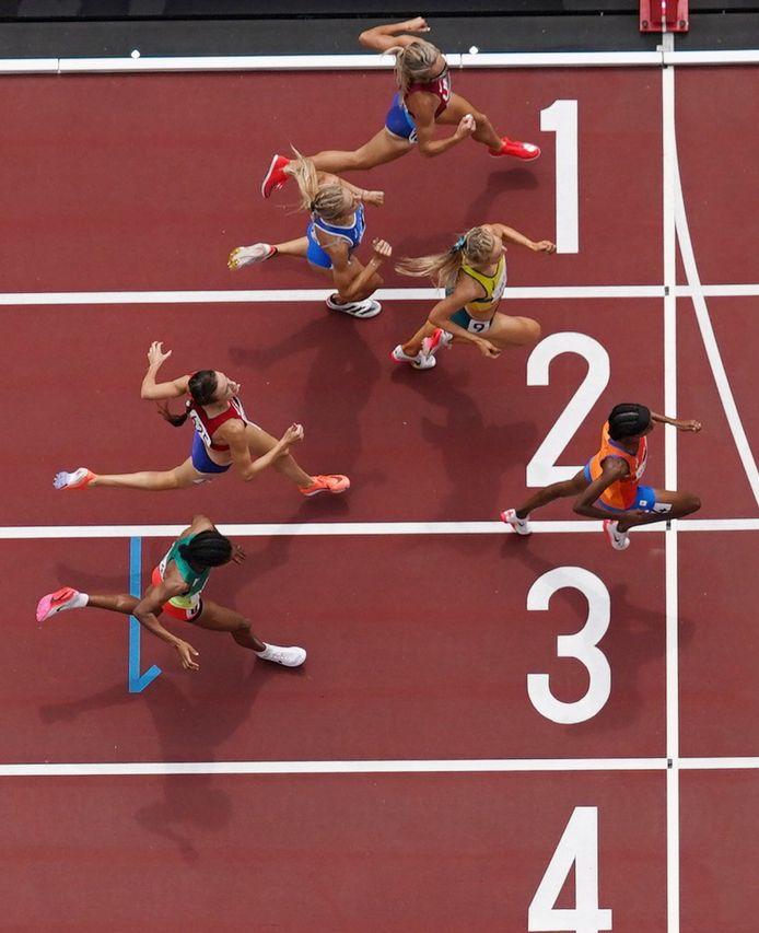 Ondanks een val wint Sifan Hassan haar serie op de 1500 meter.