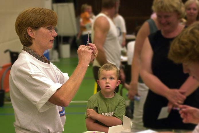 Kind zit klaar voor een vaccinatie tegen meningokokken.