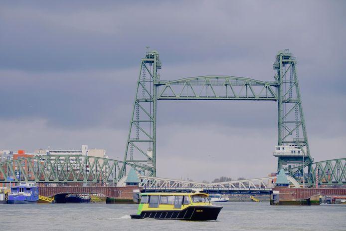 De watertaxi gaat varen met een schone boot voor 40 personen.