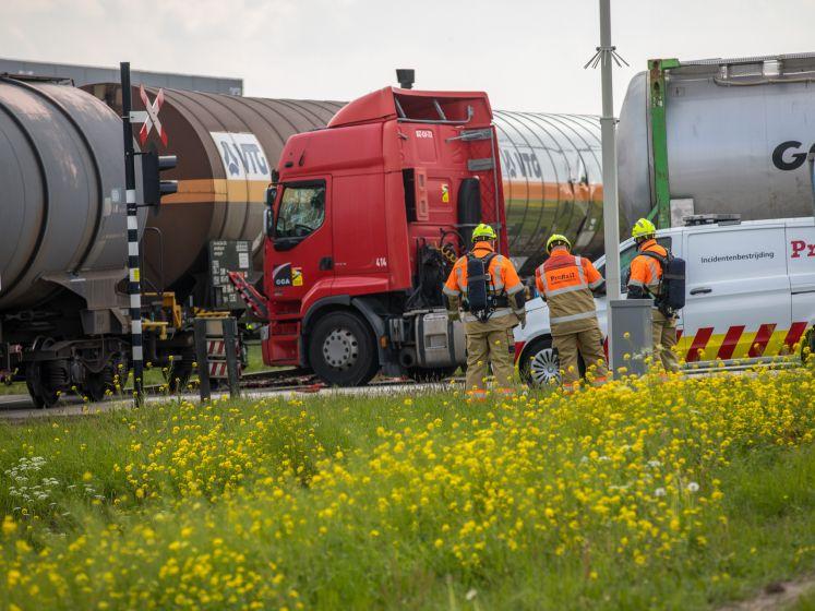 Vrachtwagen botst op wagon goederentrein in Klundert