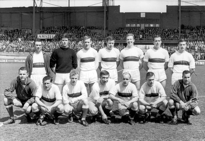 Daan Schrijvers (tweede van rechts, staand) in het shirt van DWS, waarmee hij in 1964 kampioen werd.