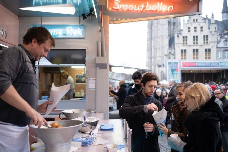 MECHELEN - Smoutbollen smullen tijdens het nieuwjaarsfeest op de Grote Markt