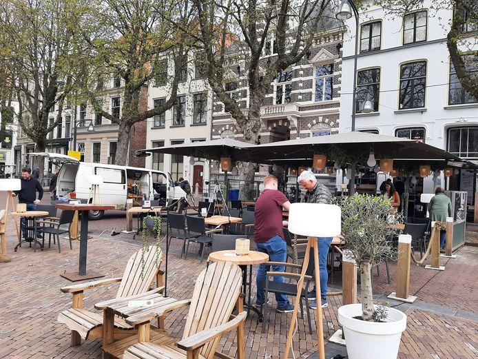 Martijn Gerretsen (r) is druk bezig op het terras van zijn Grand Café Samen in Deventer.