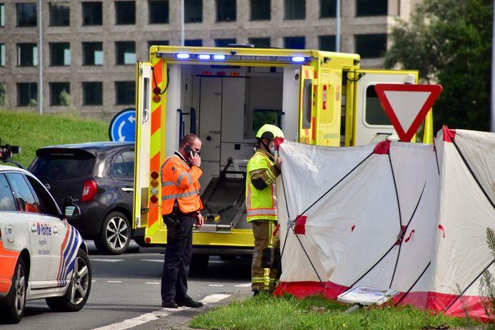 De auto van de onfortuinlijke man belandde op een verhoogde berm tussen twee rijstroken, aan de rotonde van de President Kennedylaan in Kortrijk. De brandweer plaatste een scherm om de reddingsactie aan het zicht van de vele passanten te onttrekken.