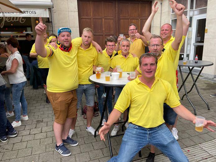 Deze groep supporters uit Aalter houden de sfeer er goed in op het Martelarenplein in Leuven.