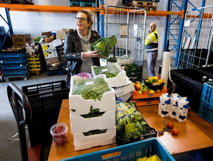 Bij de voedselbank in Utrecht worden levensmiddelen die binnenkomen gesorteerd.
