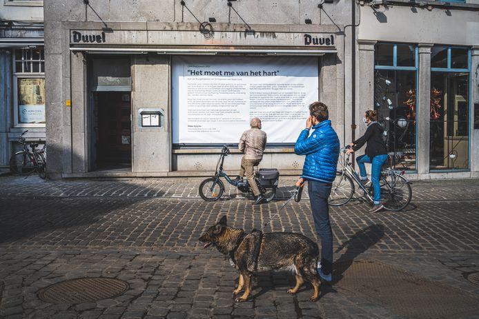 Onder meer op zijn restaurant aan de Kraanlei in Gent is de open brief van Peter Vyncke (54) te lezen.