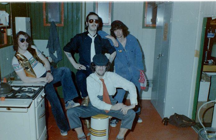 De 'promotiefoto' van Rock & Rollade, gemaakt in het keukentje van de Botte Hommel. In het midden Ad Landa, erachter Aaike Jordans.