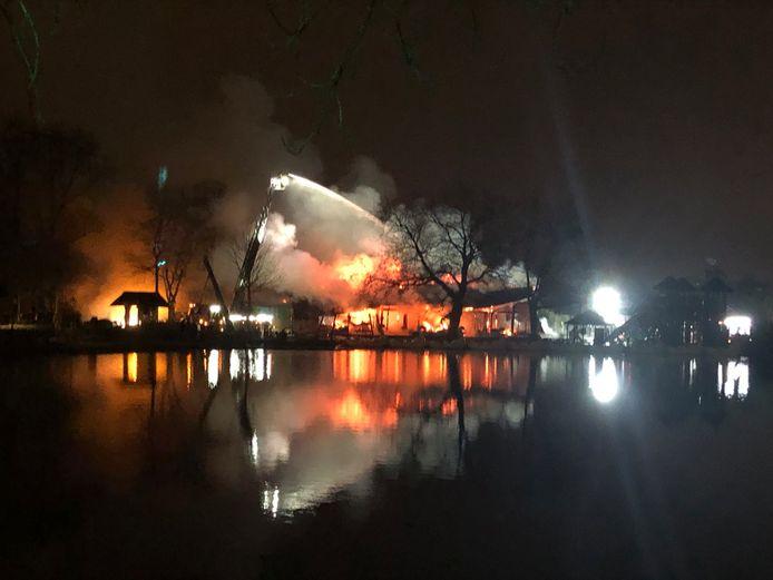 Een speciaal team van de brandweer kwam te laat om de brand in het rieten dak te blussen.