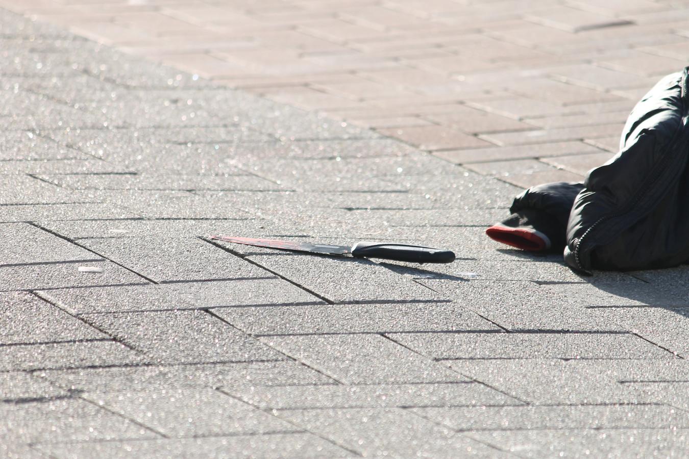 De politie vond na de steekpartij een bebloed mes op straat.