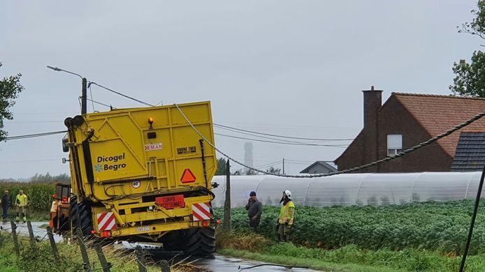 De hakselaar bleef haperen aan elektriciteitskabels in de Pluimstraat, met heel wat schade tot gevolg. De chauffeur durfde niet uitstappen en vreesde voor elektrocutie.