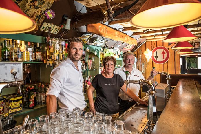 Bas, Hendrien en Joop Westerbos zijn de drijvende krachten achter Bar de Stee. ,,Maar het is mooi geweest zo.''