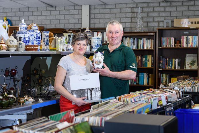Jos Fikken is garagehouder en houdt zich daarnaast bezig met het ontruimen van woningen. Hij verkoopt huisraad in zijn eigen kringloopwinkel. Jos Fikken samen met zijn vrouw Astrid.