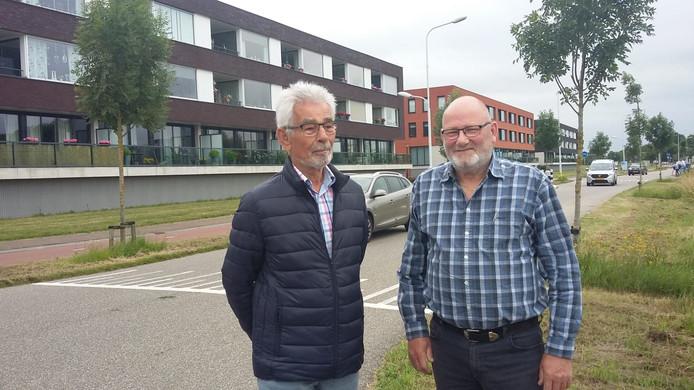 Jan Deurloo en Kees den Engelsman bij de appartementengebouwen die samen Klein Zweden vormen. Het verkeer zorgt voor geluidsoverlast. En baart ook zorgen vanwege fijnstof en de veiligheid: er wordt consequent te hard gereden, vertellen de bewoners.