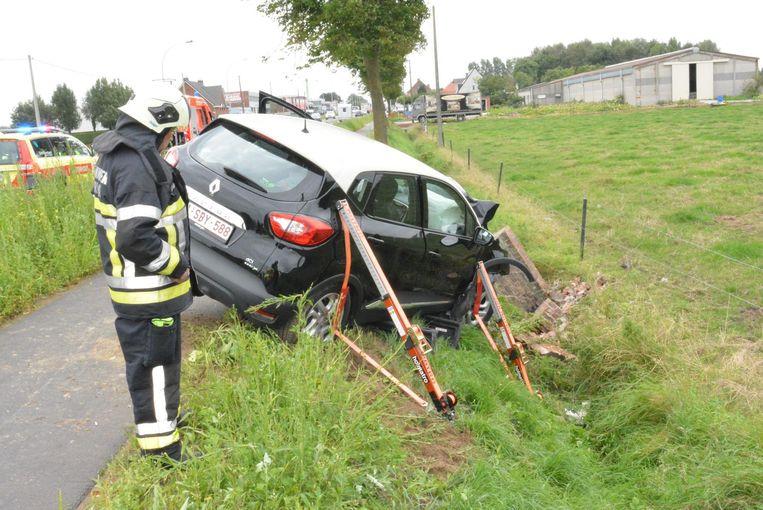 De brandweer moest de auto beveiligen, omdat die dreigde te kantelen in de diepe gracht, die al vol brokstukken lag.