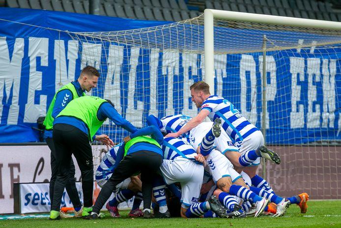 Jesse Schuurman wordt bedolven onder uitzinnige ploeggenoten na zijn doelpunt tegen Go Ahead Eagles.