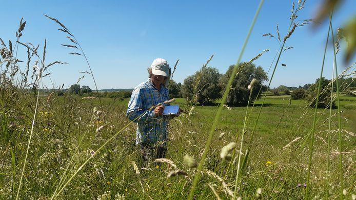 Ecoloog Ivo Raemakers tijdens een eerder veldonderzoek.