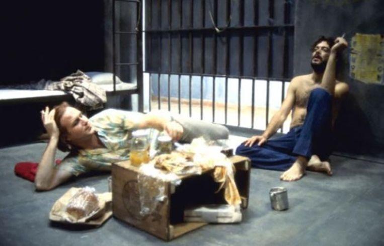 Still uit Kiss of the Spider Woman, de Oscar-winnende film uit 1985 met William Hurt waar de voorstelling op gebaseerd is. Beeld .