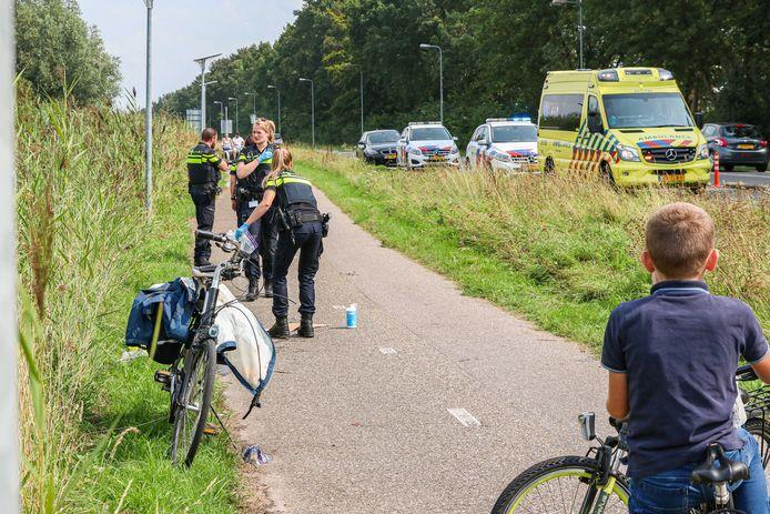De politie doet onderzoek op het fietspad op Urk, waar het ongeval plaatsvond.