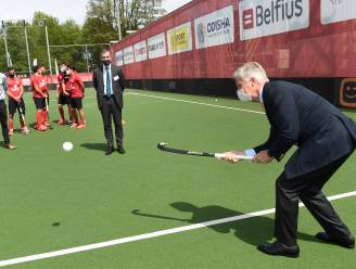 "Koning Filip toont hockeyskills en wenst Red Lions succes op medaillejacht richting Tokio: ""Jullie stralen uit dat jullie er zin in hebben"""
