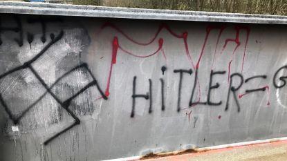 """Haatdragende graffiti op fietsersbrug: """"We laten dit zo snel mogelijk verwijderen"""""""