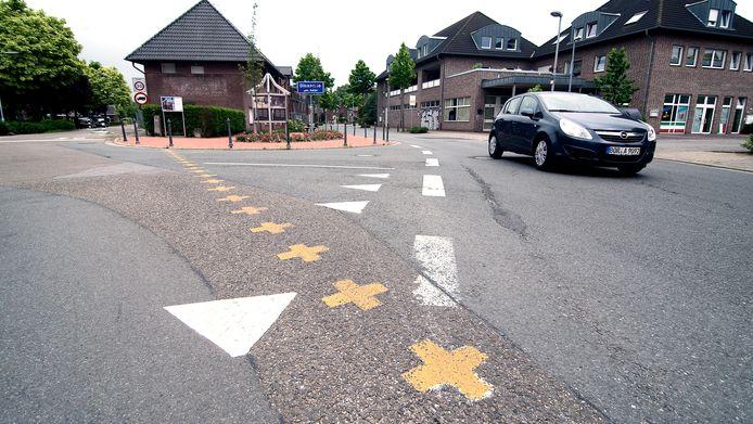 Suderwick en Dinxerplo zijn letterlijk aan elkaar gegroeid. De grens is eigenlijk alleen tastbaar door de gele kruizen op het asfalt. Dat veranderde toen Duitsland de inreisregels aanscherpte.