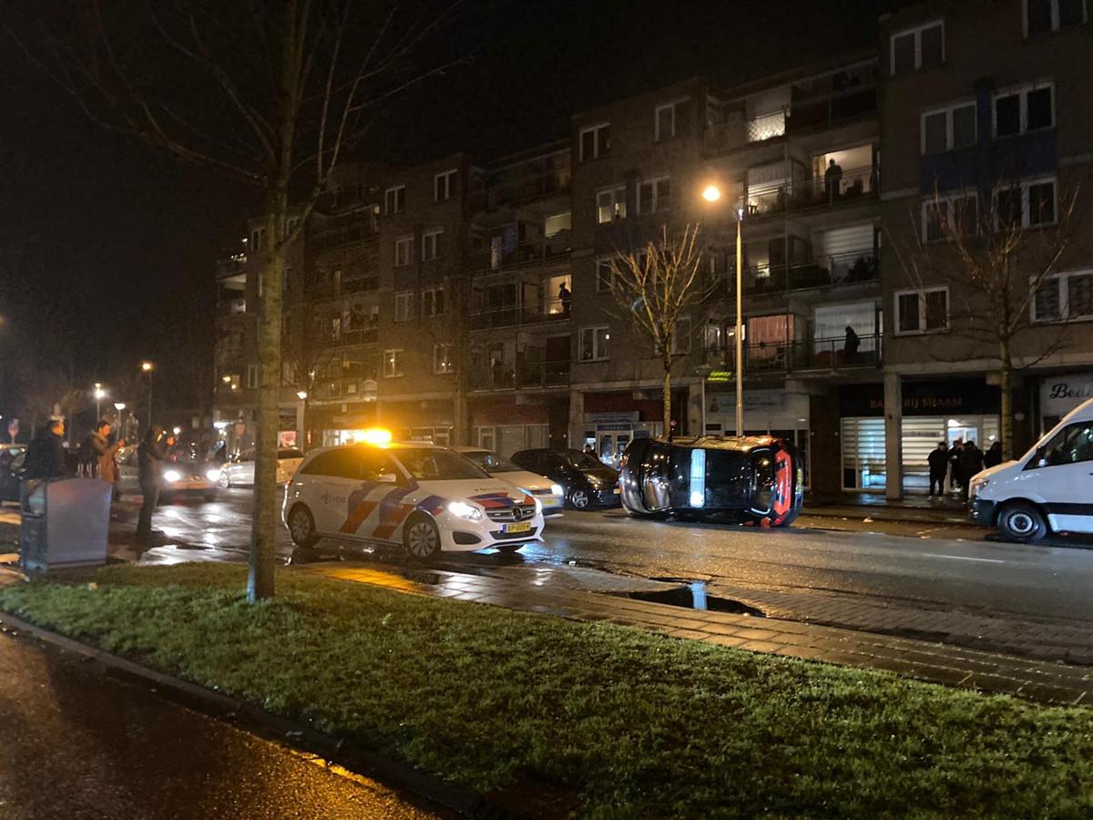 Rond half negen maandagavond gooide een groep jongeren een auto op zijn kant. Agenten zetten die even later weer op vier wielen.