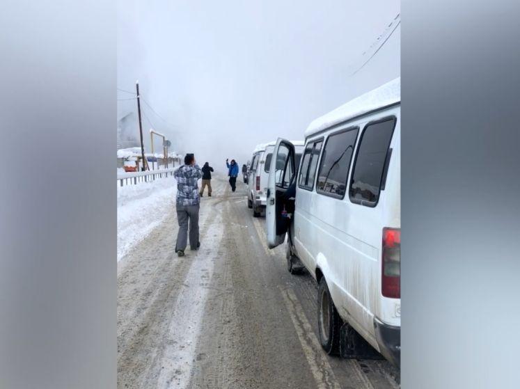 Une avalanche recouvre des habitants de neige