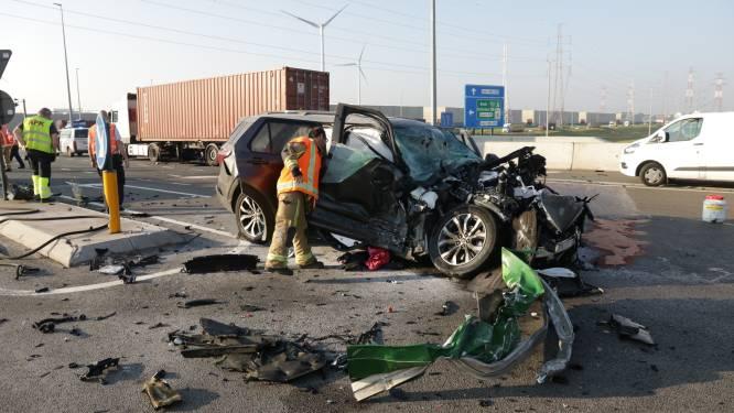 Chauffeur zwaargewond na aanrijding met vrachtwagen die door rood licht rijdt op kruispunt in Waaslandhaven