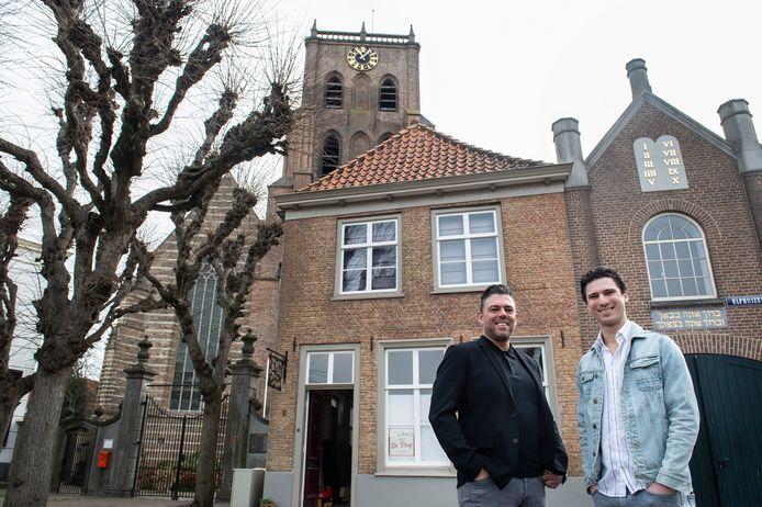 Uitbaters Wassily van Beek (l) en Niels Nieuwesteeg voor hun nieuwe stadscafé De Paap dat momenteel nog verbouwd wordt.